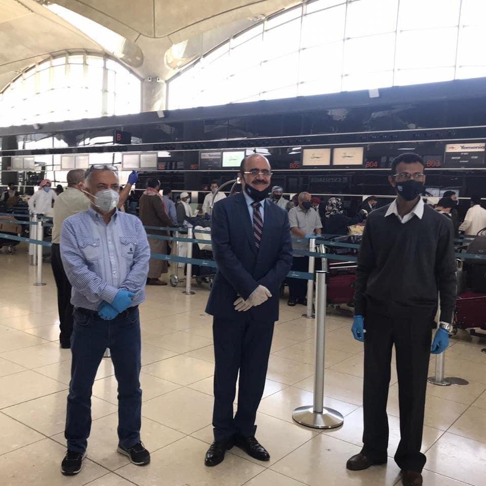 وصول أول دفعة من العالقين اليمنيين في الخارج إلى حضرموت