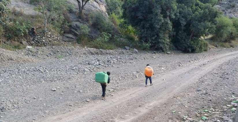"""في زمن """"كورونا""""… أطفال يبيعون أحلامهم على الطرقات"""