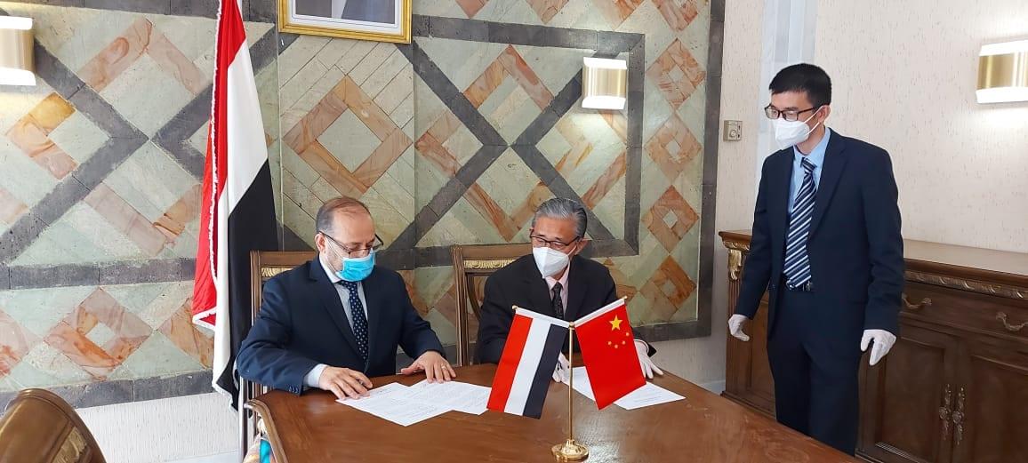 الحكومة توقع اتفاقية مع الصين وترحيب بانضمام اليمن لطريق الحرير