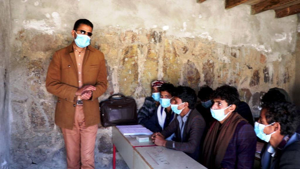 معلم كفيف يبادر في تعليم الطلاب بإحدى مدارس ذمار