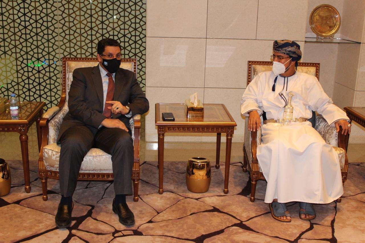 بن مبارك في مسقط لبحث مسار السلام