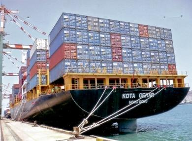أول سفينة حاويات تصل ميناء الحديدة منذ سبع سنوات