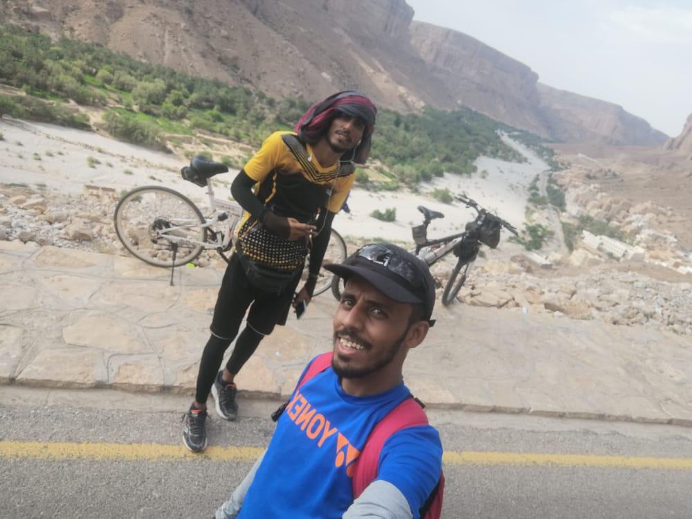 لتصل رسائلهم إلى الجميع… شابان يمنيان يقطعان 290 كم على دراجاتهما الهوائية