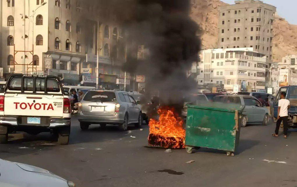 صور.. أعمال شغب وقطع طرقات شرق اليمن